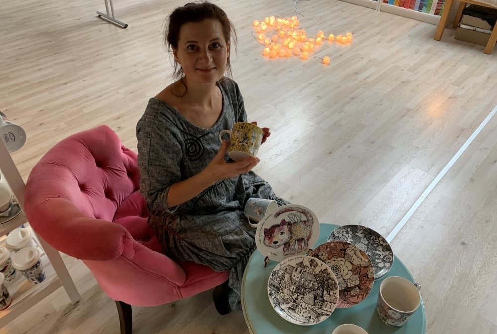 """Dailininkė Sigutė Ach pristatė naują porceliano indų kolekciją: """"Kaip aš mėgstu gyventi lėtai ir gėlėtai, tad skrendam išgerti kavos"""""""